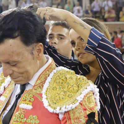 Gloria Camila y José Fernando cortando la coleta a José Ortega Cano