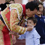 José Ortega Cano besando a su hijo José María en su corrida de toros de despedida