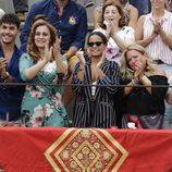 Kiko Jiménez, Ana María Aldón y Gloria Camila aplaudiendo a José Ortega Cano en su corrida de despedida