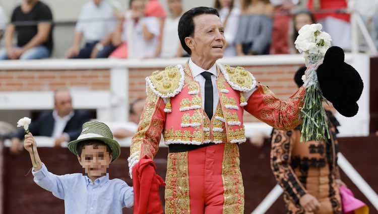 José Ortega Cano dando la vuelta al ruedo con su hijo José María en su corrida de toros de despedida