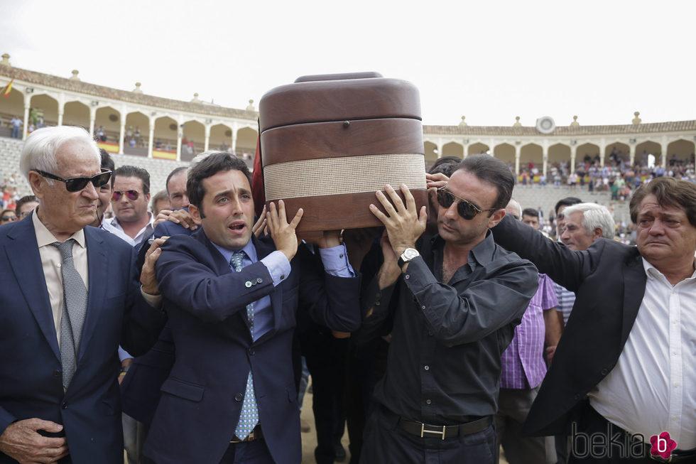 Enrique Ponce y demás personas portando el féretro de Dámaso González
