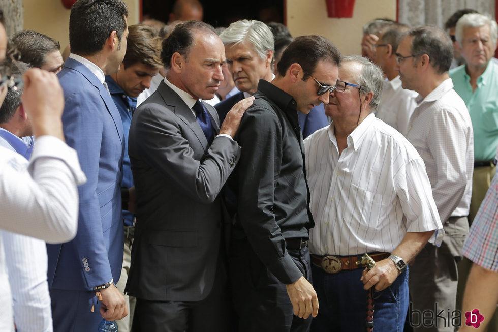 Enrique Ponce, muy apenado durante el funeral de Dámaso González