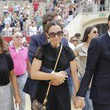 Juan Peña abraza a su mujer Sonia González en el funeral de Dámaso González