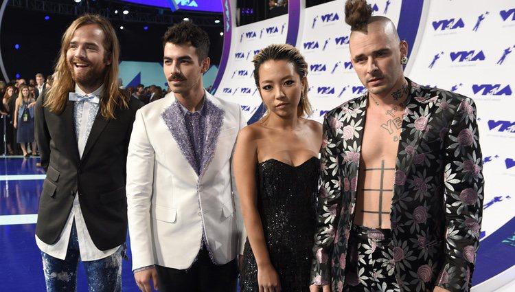 Joe Jonas y su banda DNCE en los MTV VMA 2017