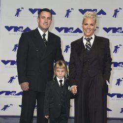 Pink y Carey Hart con su hija Willow en los MTV VMA 2017
