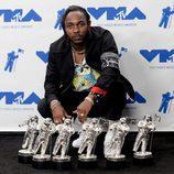 Kendrick Lamar con sus premios en los MTV VMA 2017