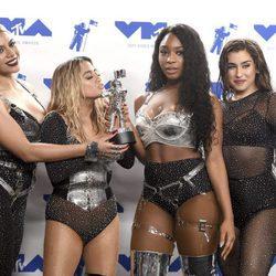 Fifth Harmony con su premio en los MTV VMA 2017