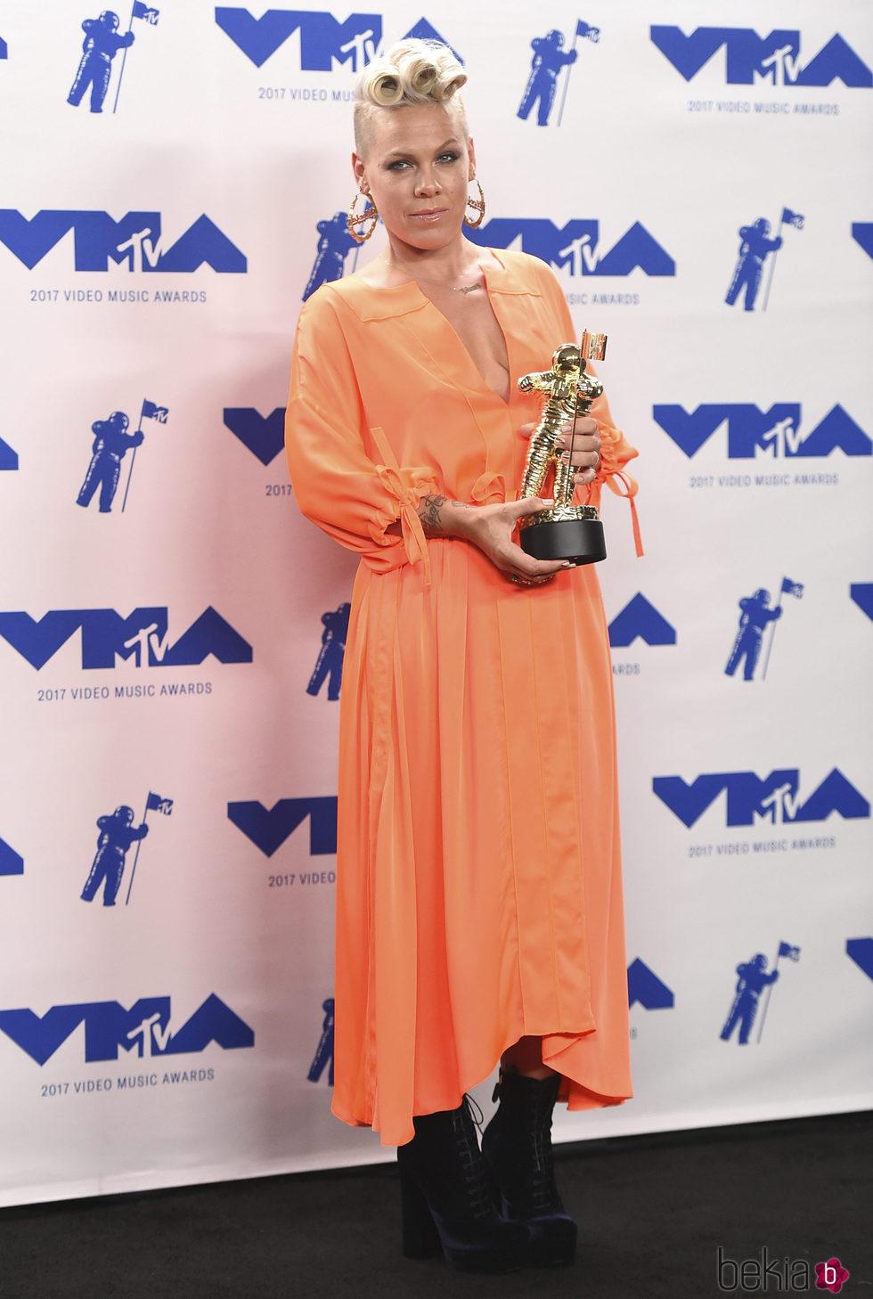 Pink con su premio en los MTV VMA 2017