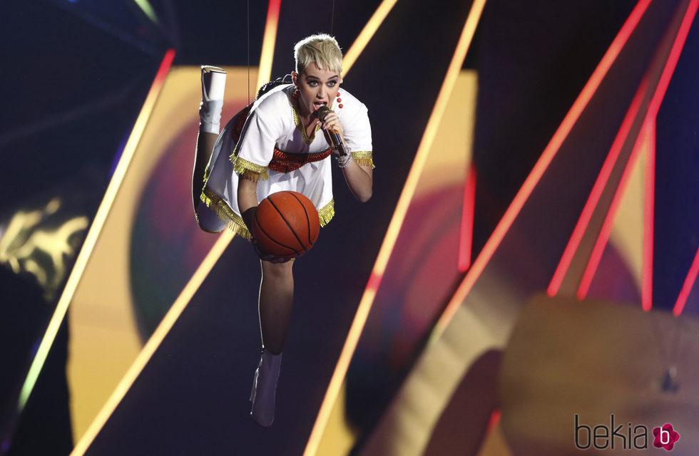 Katy Perry con un balón de baloncesto en la gala de los MTV VMA 2017