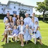 Los Reyes de Suecia con sus hijos y nietos en Solliden