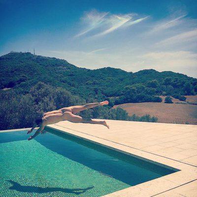 Daniel Muriel desnudo tirándose a la piscina