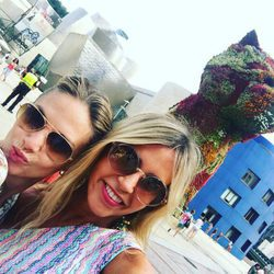 Genoveva Casanova de vacaciones con una amiga en Bilbao