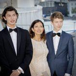 Nicolás de Dinamarca en su 18 cumpleaños con su madre y su hermano Félix