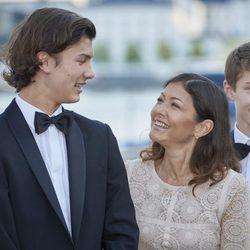 Nicolás de Dinamarca y Alexandra Manley mirándose con cariño en su 18 cumpleaños