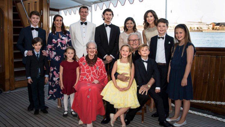 La Familia Real Danesa y Alexandra Manley en el 18 cumpleaños de Nicolás de Dinamarca