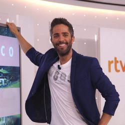 Roberto Leal presentando el programa 'Hotel Romántico'