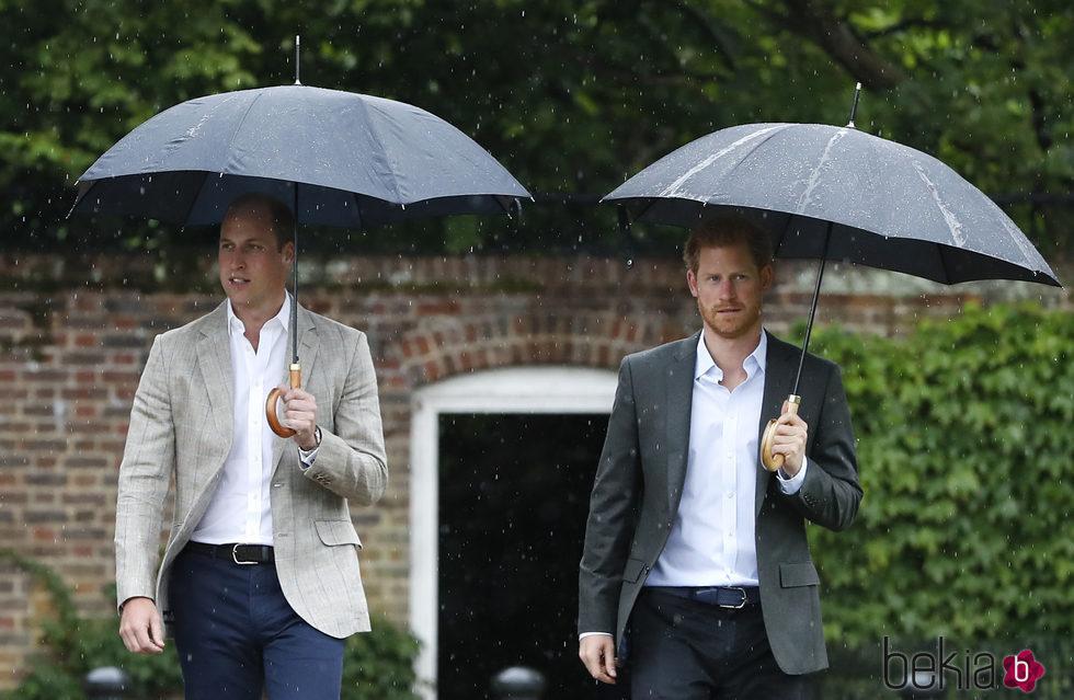 Los Príncipes Guillermo y Harry en el homenaje a Lady Di en Kensington Palace en el 20 aniversario de su muerte