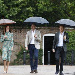 Los Duques de Cambridge y el Príncipe Harry en el homenaje a Lady Di en Kensington Palace en el 20 aniversario de su muerte