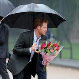 El Príncipe Harry con unas flores en el homenaje a Lady Di en el 20 aniversario de su muerte