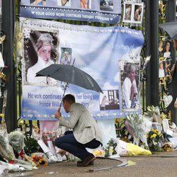 Los Príncipes Guillermo y Harry ante los recuerdos en memoria de Lady Di en el 20 aniversario de su muerte