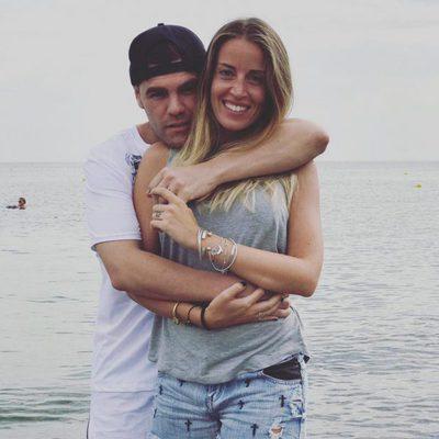 Fonsi Nieto y Marta Castro, abrazados frente al mar