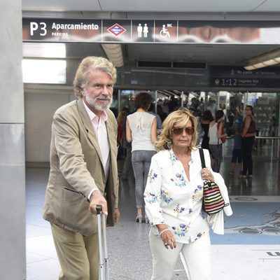 Bigote Arrocet y María Teresa Campos en el aeropuerto de Madrid tras las vacaciones