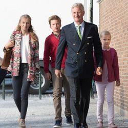 Felipe de Bélgica acompaña a sus hijos Isabel, Gabriel y Leonor en su primer día de cole