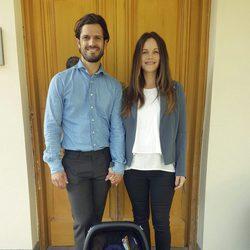 Carlos Felipe de Suecia ySofia Hellqvist presentando a su segundo hijo Gabriel