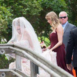 Taylro Swift siendo la dama de honor en la boda de su mejor amiga