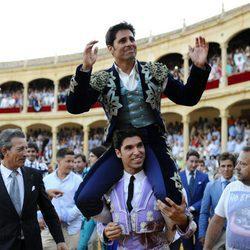 Cayetano Rivera llevando a hombros a su hermano Francisco Rivera