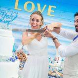 Yoli y Jonathan ('GH15') partiendo el pastel de su boda