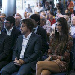 Fernando Alonso con Linda Morselli en el acto en el que ha sido nombrado socio de honor del Real Madrid