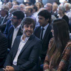 Fernando Alonso y Linda Morselli mirándose en el acto en el que ha sido nombrado socio de honor del Real Madrid