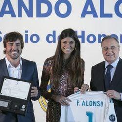Fernando Alonso con Linda Morselli y Florentino Pérez en el acto en el que ha sido nombrado socio de honor del Real Madrid