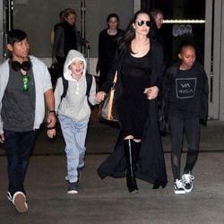 Angelina Jolie con sus hijos Maddox, Zahara y Vivienne Marcheline Jolie-Pitt
