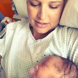 Tania Llasera presentando a su hija Lucía un día después de su nacimiento