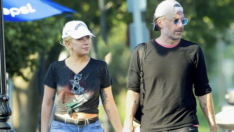 Lady Gaga y Christian Carino cogidos de la mano dando un paseo por Nueva York