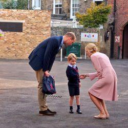 El Príncipe Jorge saluda a la directora de la escuela infantil en su primer día de colegio en Thomas's Battersea