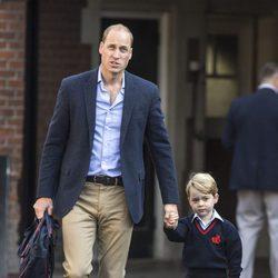 El Príncipe Jorge llega con el Príncipe Guillermo a su primer día de colegio en el Thomas's Battersea