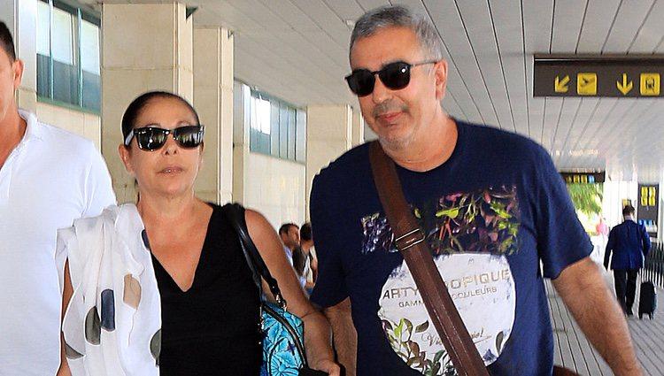 Isabel Pantoja llegando a Jerez junto a su hermano Agustín Pantoja