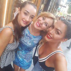 Adara Molinero, Ania Iglesias y Amor Romeira juntas y sonrientes