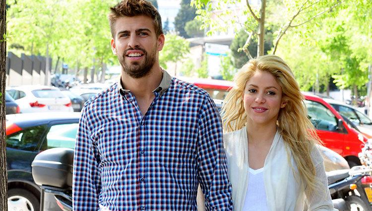 Piqué y Shakira en un acaramelado paseo por la calle