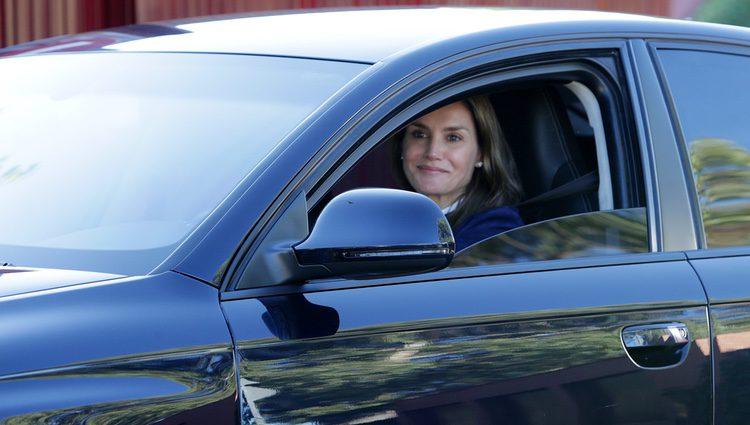 La Reina Letizia saliendo del colegio Santa María de los Rosales tras dejar a sus hijas