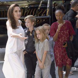 Angelina Jolie junto a sus hijos Shiloh, Vivienne, Knox y Zahara en el Festival Internacional de Cine de Toronto
