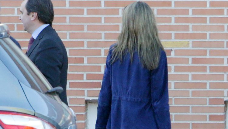 El look sport de la Reina Letizia al acompañar a su hijas en su vuelta al cole