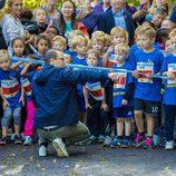 El Príncipe Daniel de Suecia rodeado de niños en el Día del Deporte