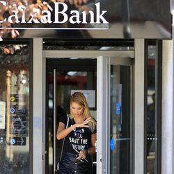 Alba Carrillo saliendo del banco tras hacer las correspondientes gestiones