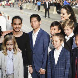 Angelina Jolie con todos sus hijos en el estreno de 'First They Killed My Father' en el Festival de Toronto 2017