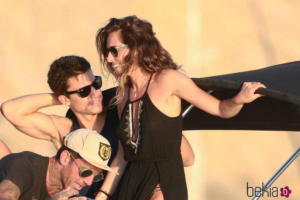 Álex González se divierte con una amiga en Ibiza