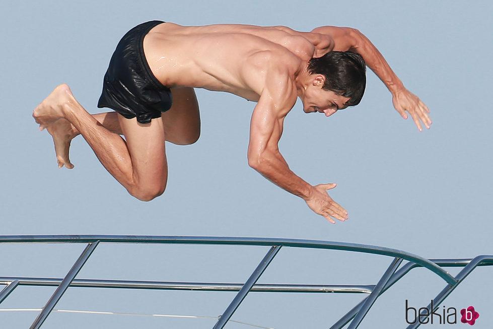 Álex González tirándose al mar desde un barco